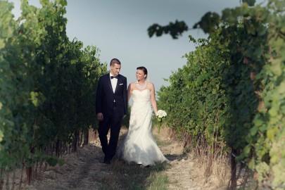 Immagine di due sposi durante un matrimonio all'aperto