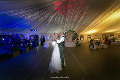 Immagine di una sala da ballo con gli sposi che ballano sulle note de le canzoni per il matrimonio