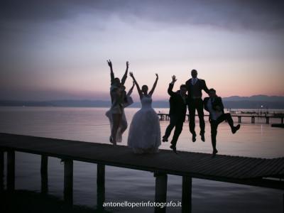 Immagine di ragazzi che ballano e saltano, ballano le canzoni per il matrimonio
