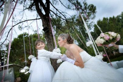 Immagine di una sposa ad un matrimonio all'aperto