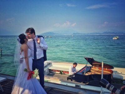 Immagine di sposi su una barca Bertoldi