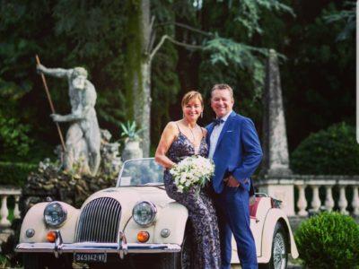 immagine di sposi di fronte all'auto d'epoca servizio Just Limo noleggio auto
