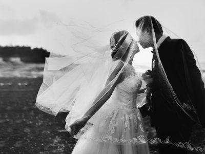 immagine in bianco e nero di due sposi, articolo sul regalo di fidanzamento